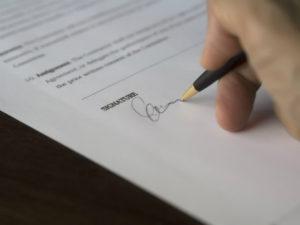 Umowa spółki jawnej powinna zaiwerać kilka elementów, w tym określenie firmy i siedziby spółki.
